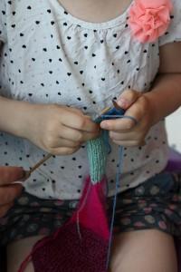 Barn der strikker. Strikkeskolen Skønvirke