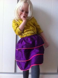 Lær at sy børnetøj, her er det en nederdel til en lille pige