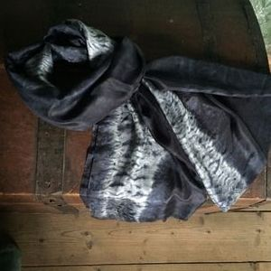 Nui shibori tørklæde. Håndlavet af Thea Dam Søby