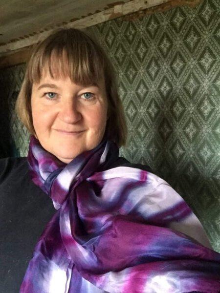 Blommer farvet shibori tørklæde på Thea Dam Søby